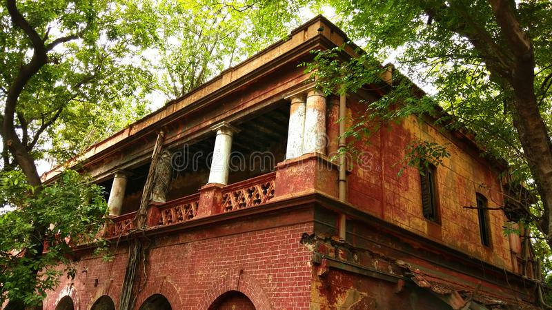 Vieux bâtiment abandonné endommagé dénommé britannique images stock