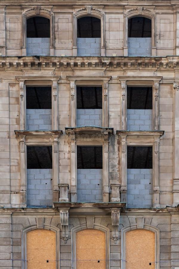 Vieux bâtiment abandonné historique dans la ville photos stock