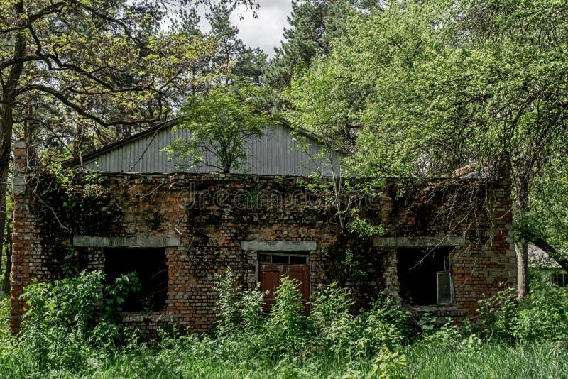 Vieux bâtiment abandonné rampant à la colonie de vacances oubliée photo stock
