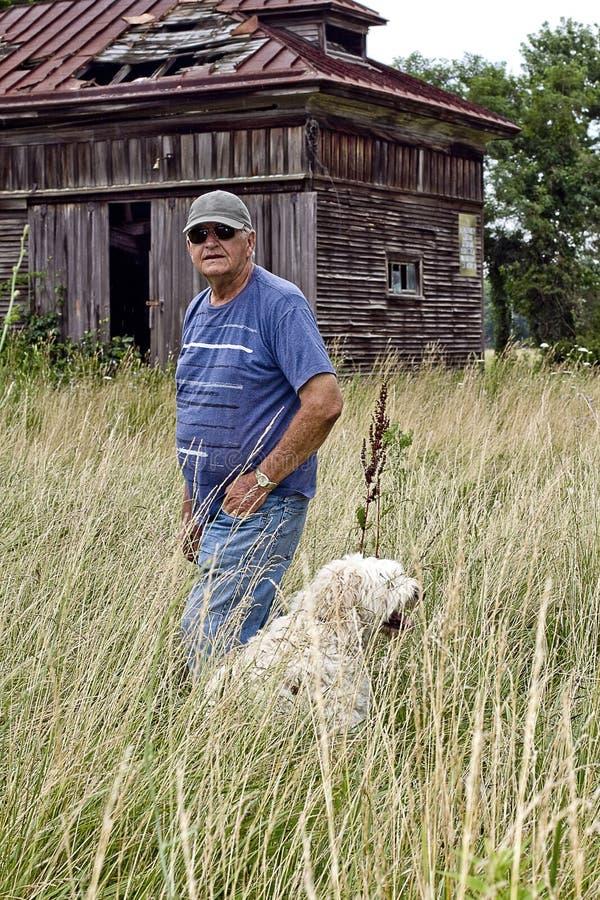 Vieux bâtiment avec l'homme et son chien photographie stock