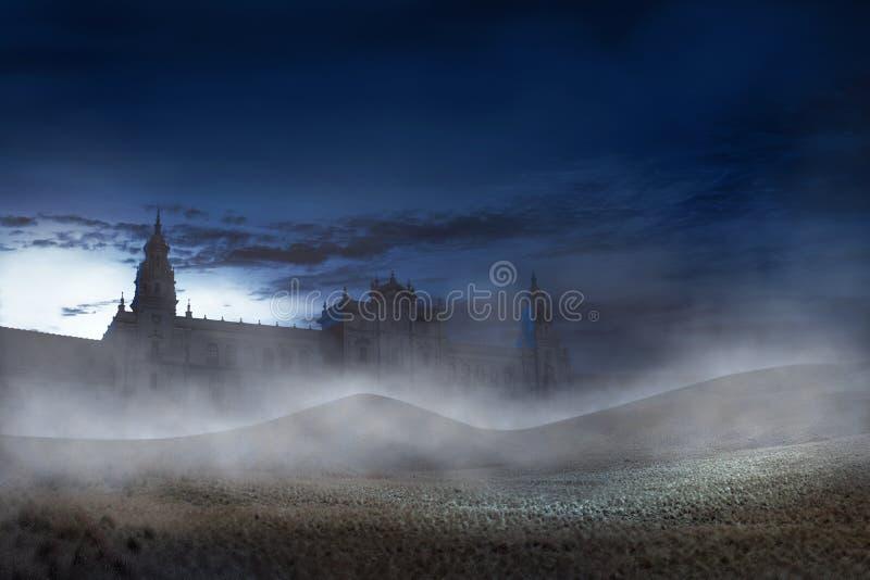 Vieux bâtiment avec la brume effrayante la nuit images stock