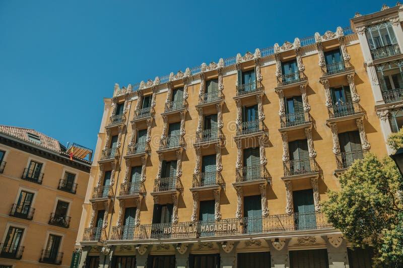 Vieux bâtiment avec la façade colorée et fenêtres à Madrid photo stock