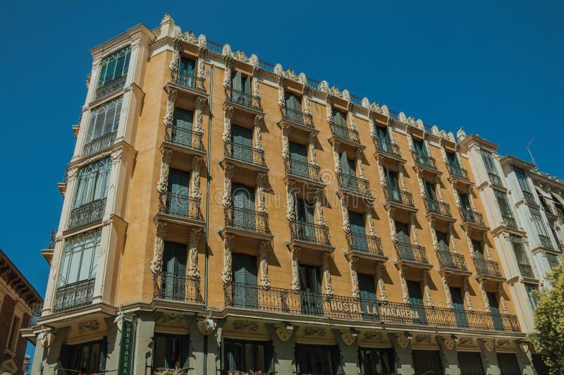Vieux bâtiment avec la façade colorée et fenêtres à Madrid photographie stock