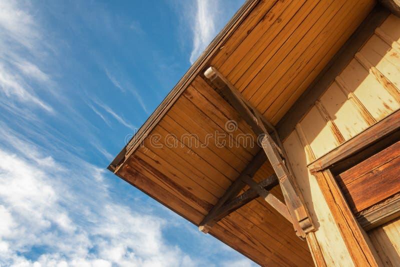 Vieux bâtiment avec le détail faisant le coin extérieur de toit, ciel bleu, détail de construction photographie stock libre de droits