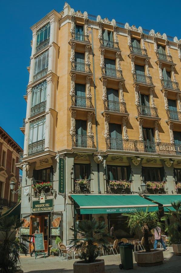 Vieux bâtiment avec le restaurant et les gens marchant sur une rue de Madrid photo libre de droits