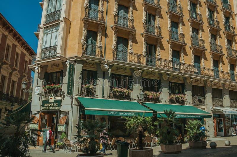 Vieux bâtiment avec le restaurant et les gens marchant sur une rue de Madrid photos stock