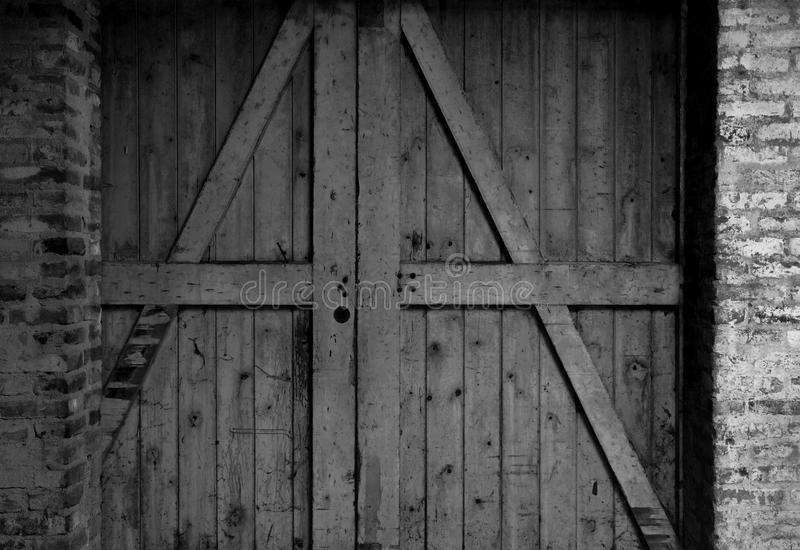 Vieux bâtiment avec une porte de grange en bois photos libres de droits
