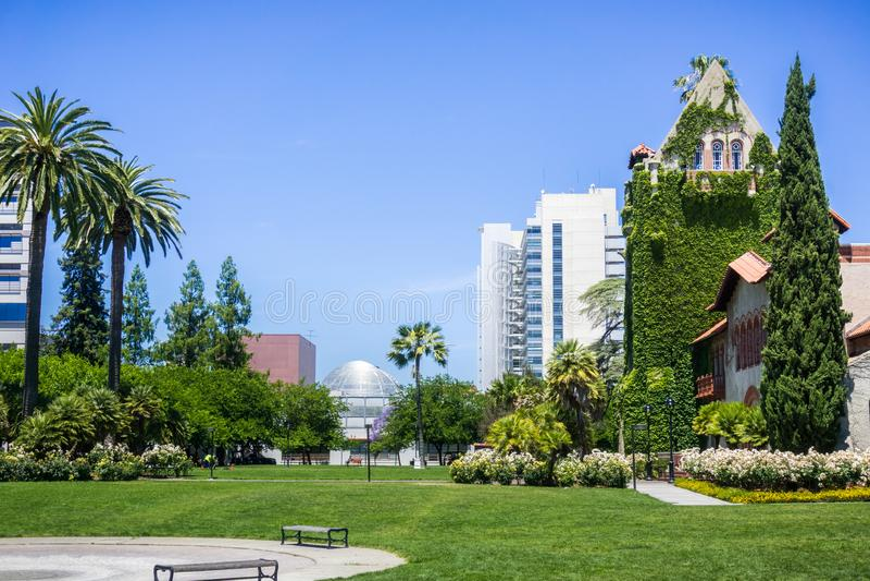 Vieux bâtiment chez le San Jose State University ; le bâtiment moderne d'hôtel de ville à l'arrière-plan ; San Jose, la Californi image libre de droits