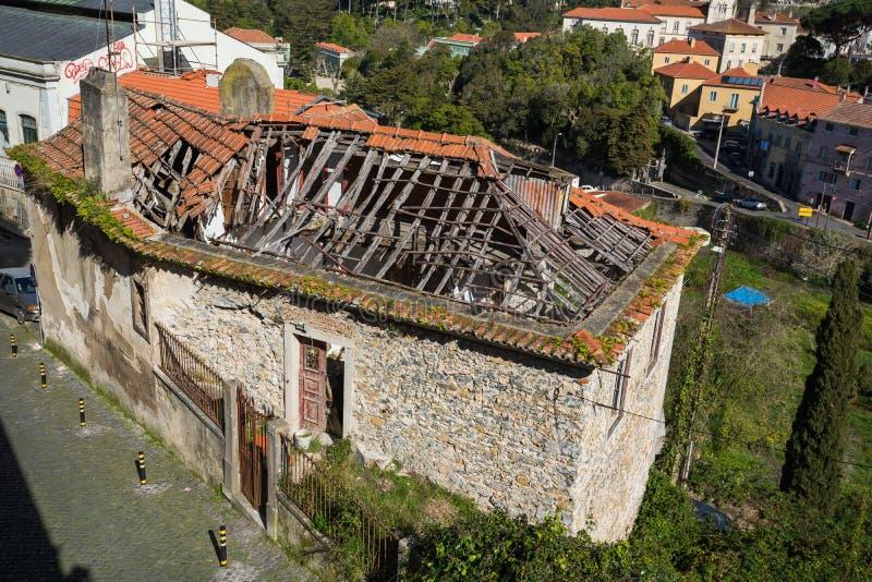 Vieux bâtiment délabré de photo avec un toit en céramique rouge cassé exigeant des réparations importantes photo libre de droits