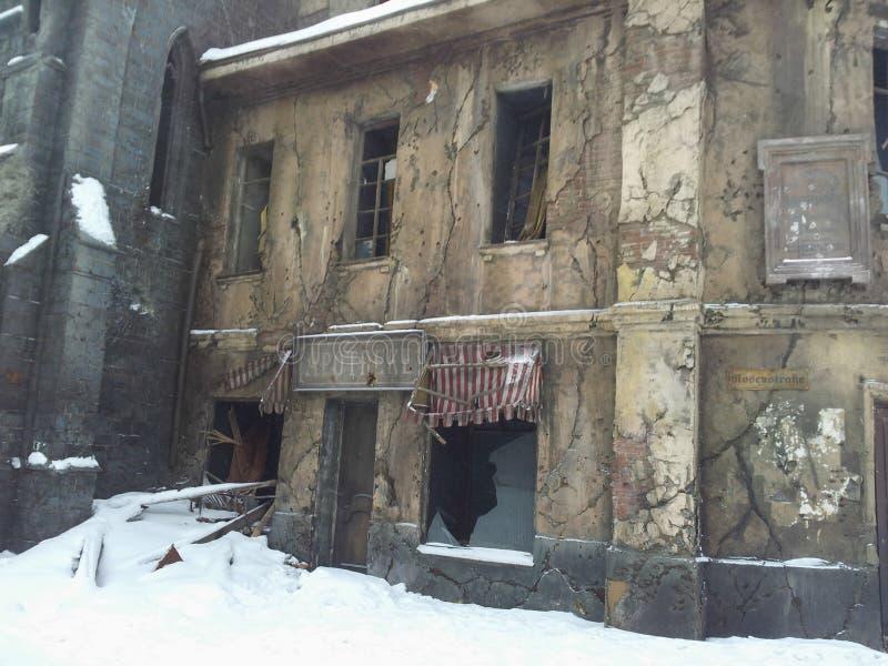 Vieux bâtiment détruit pendant l'hiver image libre de droits