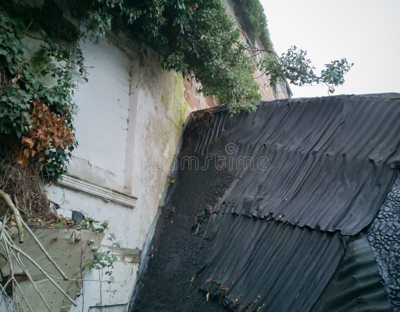 Vieux bâtiment d'endroit perdu avant le délabrement photo libre de droits