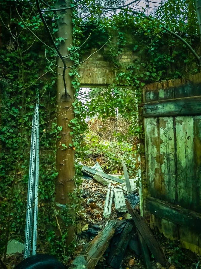 Vieux bâtiment d'endroit perdu avant le délabrement photographie stock