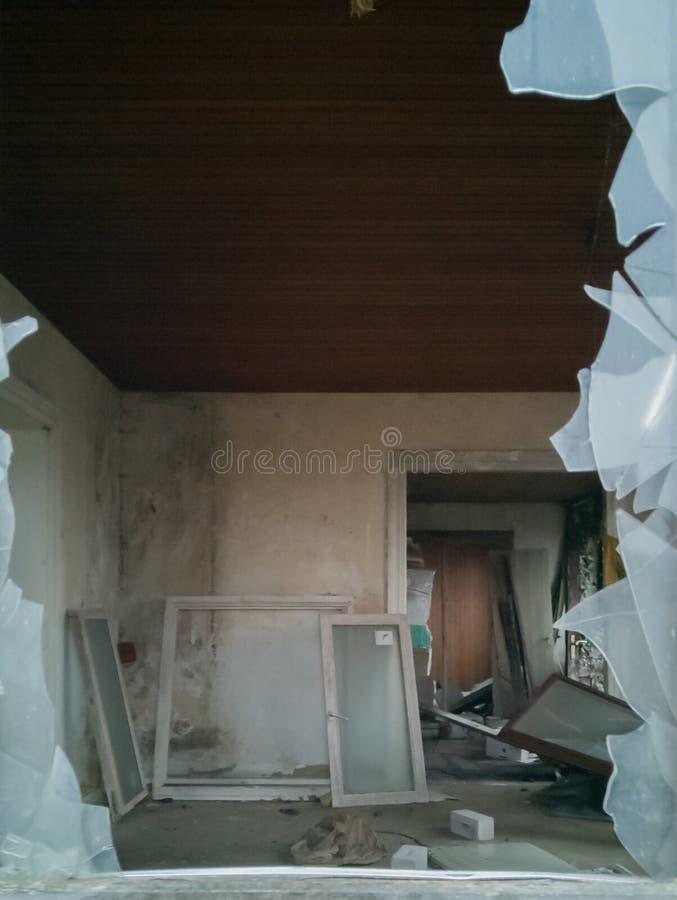 Vieux bâtiment d'endroit perdu avant le délabrement photos stock