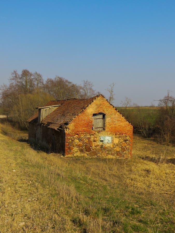Vieux bâtiment d'une grange effondrée dans un domaine à une ferme en Lettonie photographie stock