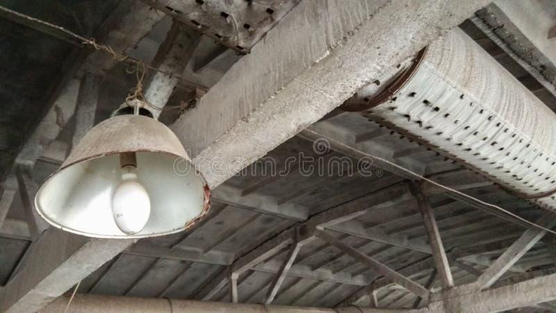 Vieux bâtiment d'usine, vieille lampe photo stock