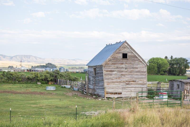 Vieux bâtiment dans la terre rurale de ferme photos libres de droits