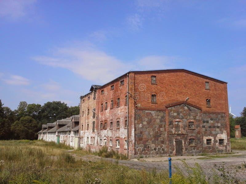 Vieux bâtiment de grange en Pologne photographie stock