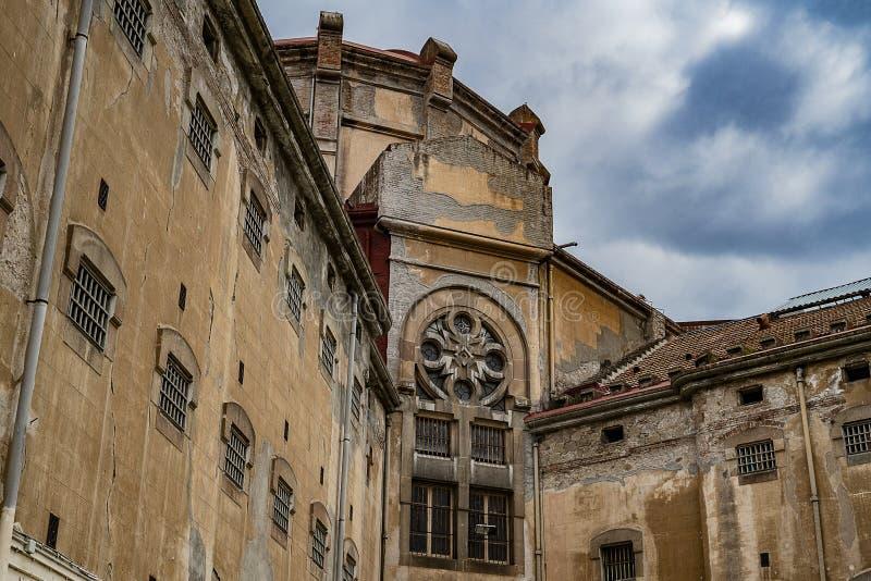 Vieux bâtiment de prison contre le ciel bleu photo libre de droits