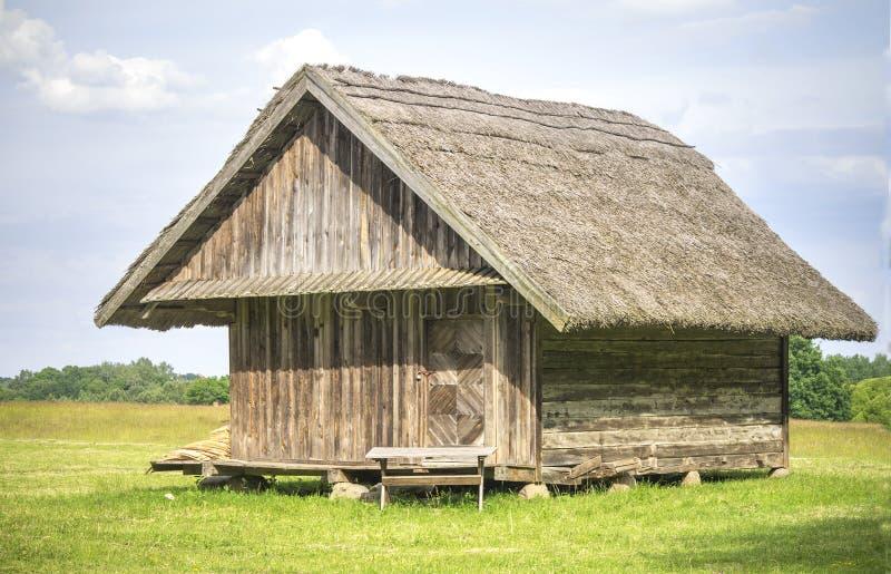 Vieux bâtiment de terres cultivables employé pour garder des godies d'été, 19ème siècle, Lithuanie photos stock