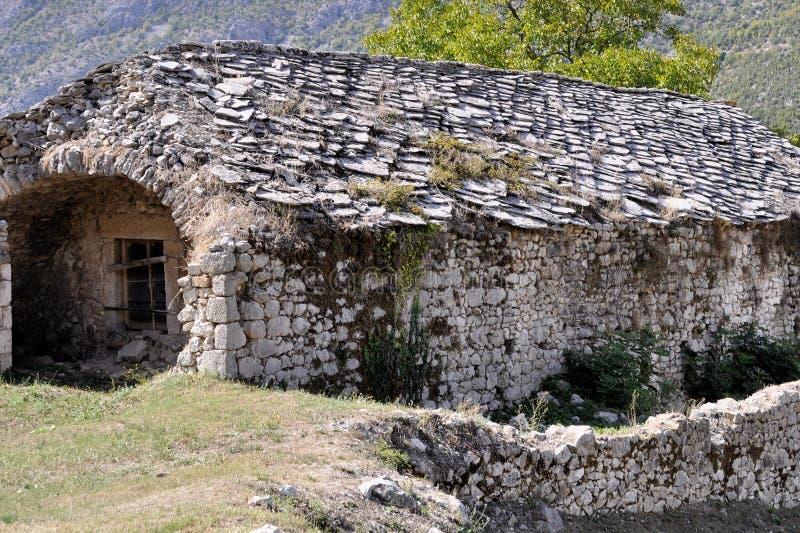 Vieux bâtiment en pierre médiéval avec embarqué vers le haut de la fenêtre images stock