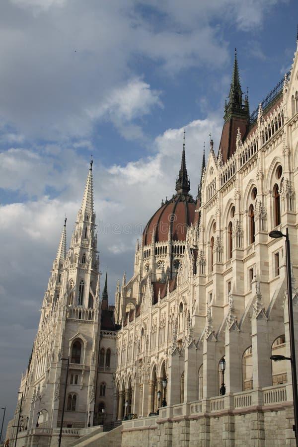 Vieux bâtiment et ciel gentils images stock