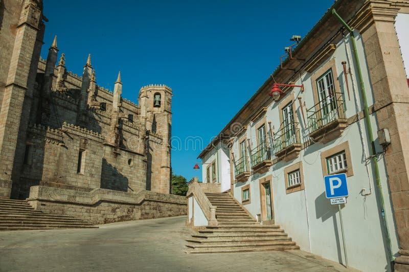Vieux bâtiment et mur en pierre de côté de cathédrale gothique de Guarda photographie stock libre de droits