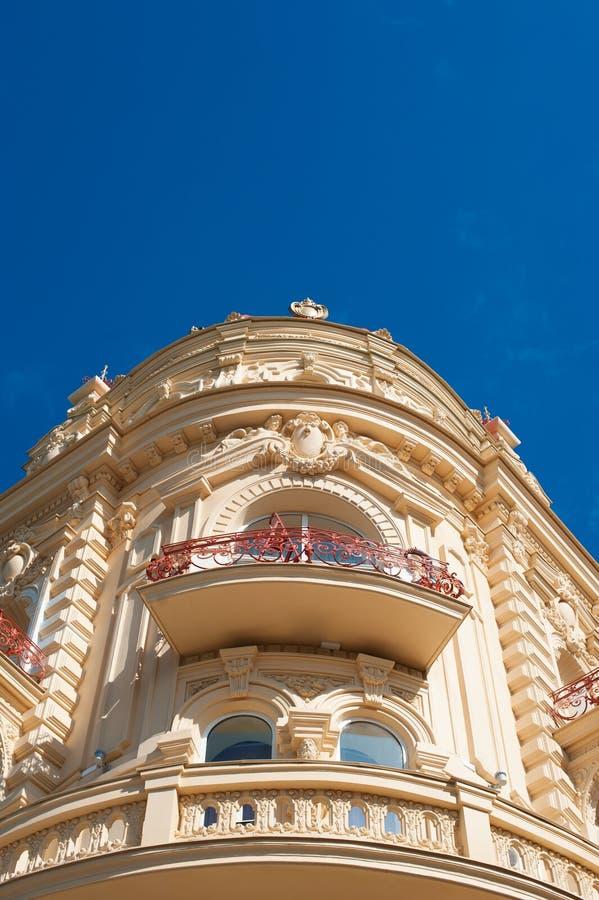 Vieux bâtiment faisant le coin avec les balcons en pierre contre un ciel image libre de droits