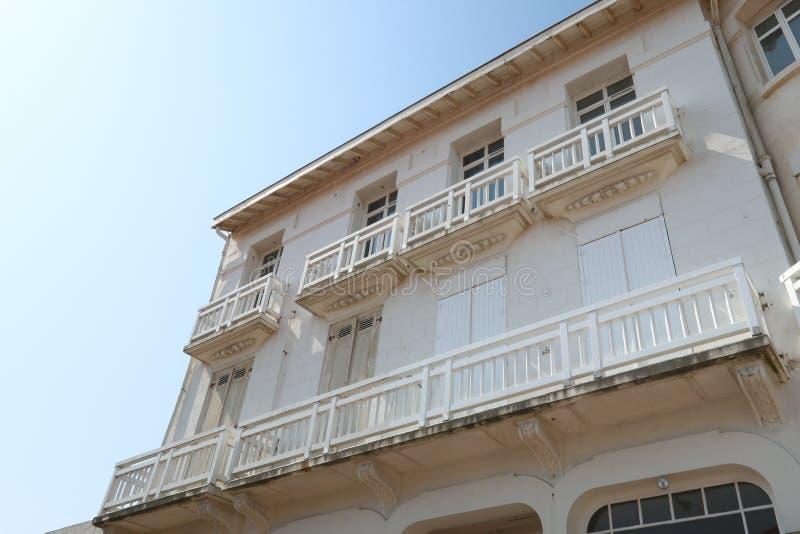 Vieux bâtiment français dans la rue de la ville occidentale du sud de plage images stock