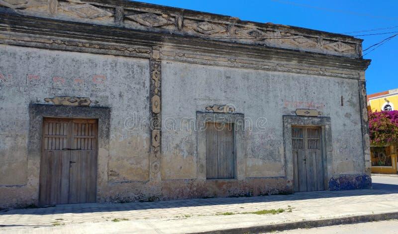 Vieux bâtiment gentil arrivant en EL Cuyo, Mexique photo libre de droits