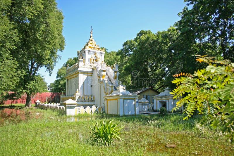 Vieux bâtiment incliné d'or et ruines de palais à l'intérieur du complexe de palais de Mandalay à Mandalay, Birmanie images stock