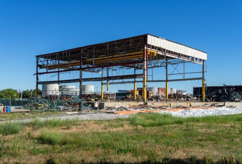 Vieux bâtiment industriel dans la mi démolition photographie stock