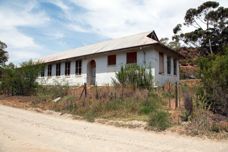 Vieux bâtiment scolaire abandonné dans le délabrement image stock