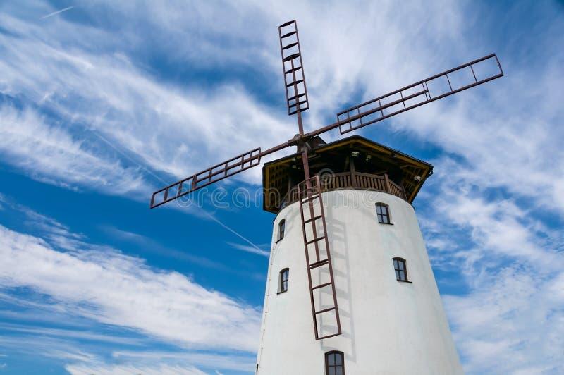 Vieux bâtiment traditionnel de moulin à vent dans la République Tchèque photographie stock