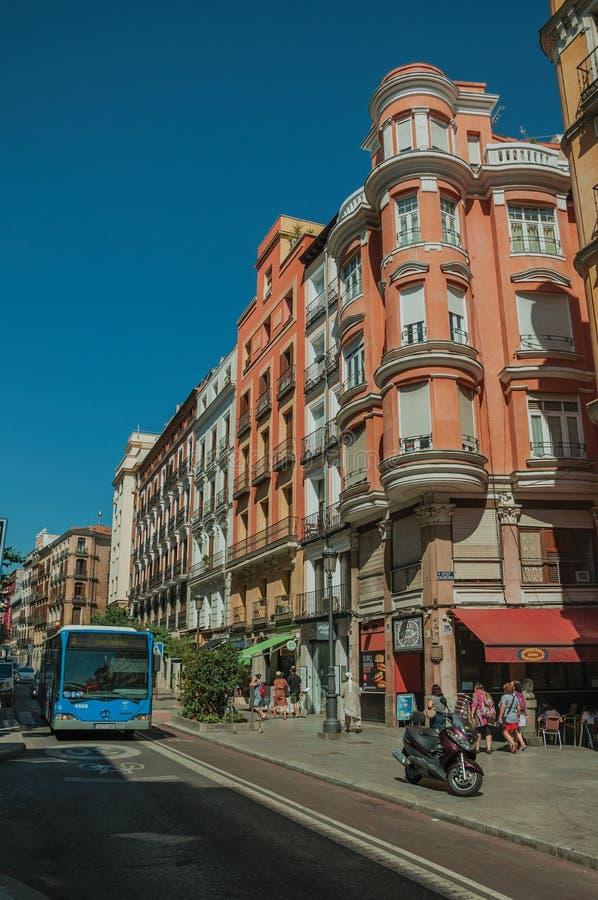Vieux bâtiments avec des magasins et les gens sur une rue passante de Madrid photographie stock