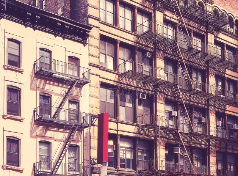 Vieux bâtiments avec des sorties de secours à New York image stock