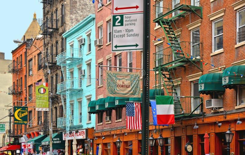 Vieux bâtiments classiques colorés, architecture et façade avec les fenêtres, le balcon et les petits magasins en peu d'Italie, L image stock