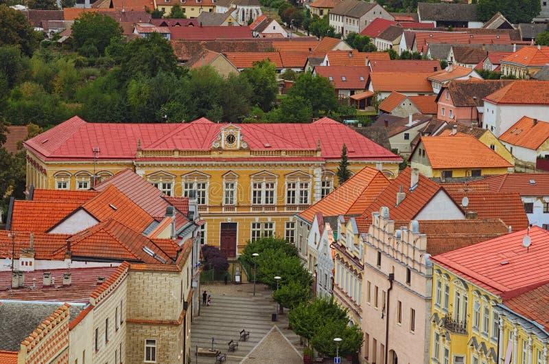 Vieux bâtiments colorés avec des toits de tuile rouge Vue scénique de ville médiévale de Slavonice dans la République Tchèque Sla photographie stock libre de droits