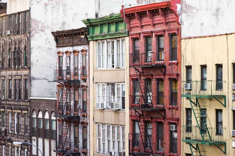 Vieux bâtiments colorés le long d'un bloc dans Chinatown New York City photographie stock libre de droits
