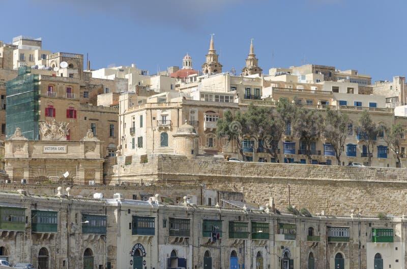 Vieux bâtiments de bord de mer de ville à La Valette, Malte images stock
