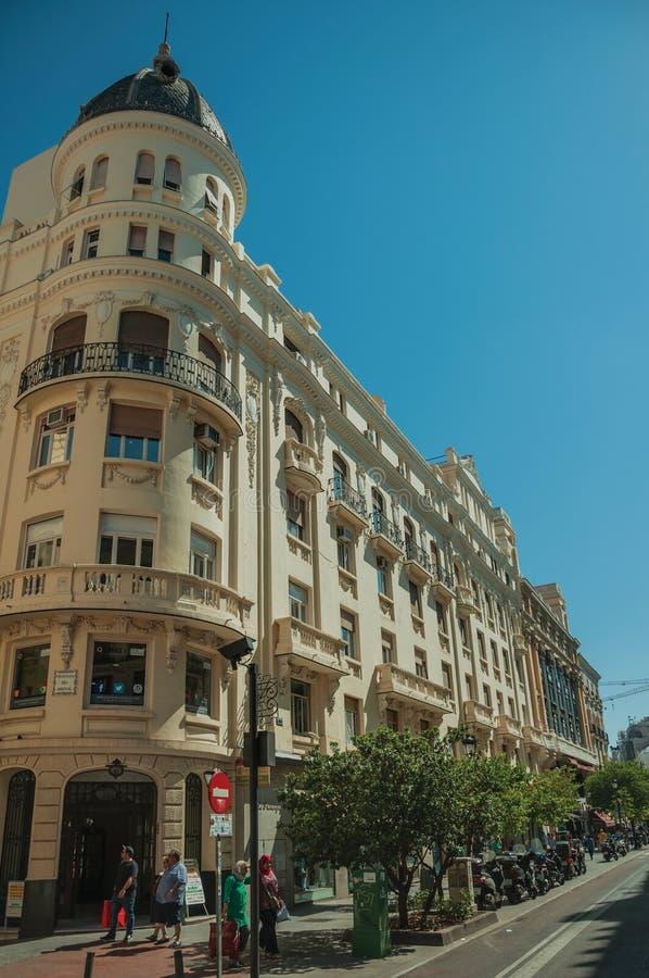 Vieux bâtiments de charme avec des magasins et les gens à Madrid photo stock