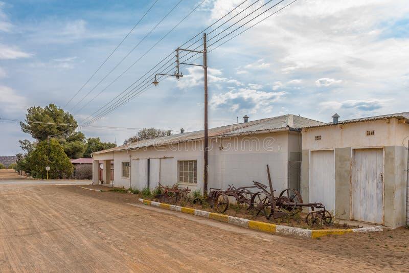 Vieux bâtiments et équipement de ferme de cru dans Luckhoff images stock