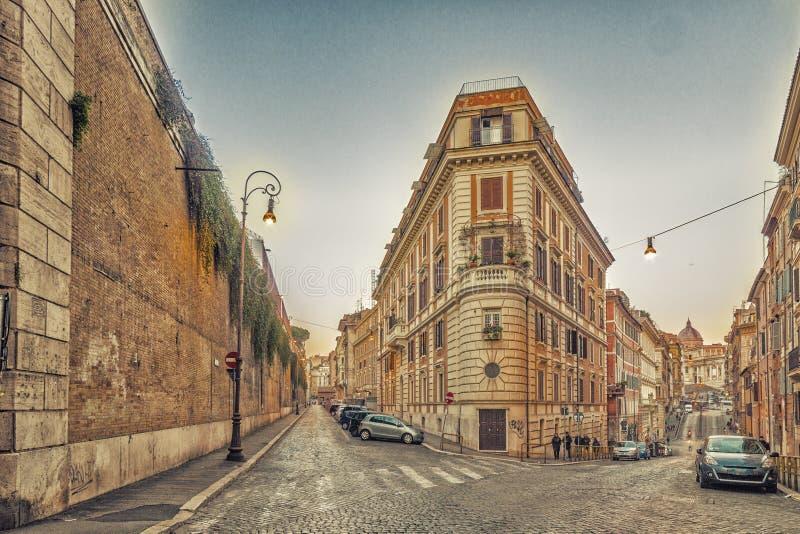 vieux bâtiments le long des rues de Rome photos stock