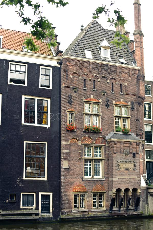 Vieux bâtiments néerlandais traditionnels près du canal d'Amstel La rue d'Amsterdam, Pays-Bas photos libres de droits