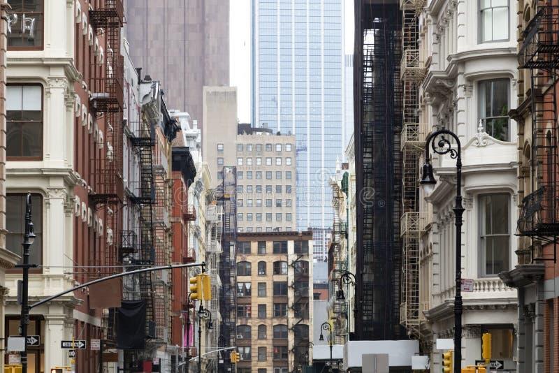 Vieux bâtiments serrés à l'intersection de Broome et de rues de Greene dans SoHo New York City photo libre de droits