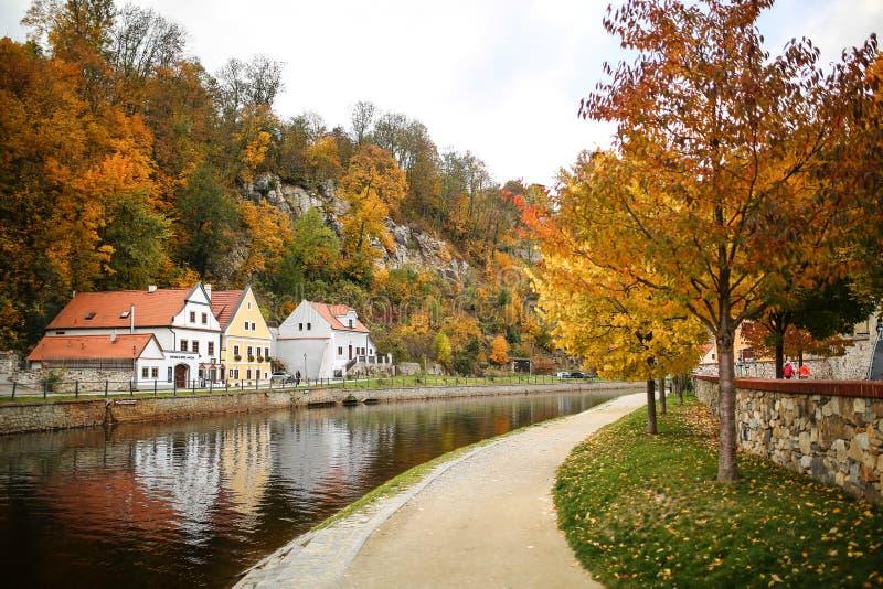 Vieux bâtiments traditionnels sur les deux banques de rivière de Vltava en automne photos libres de droits