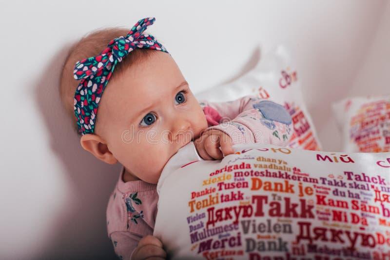 Vieux bébé de deux mois adorable se trouvant sur l'oreiller image libre de droits