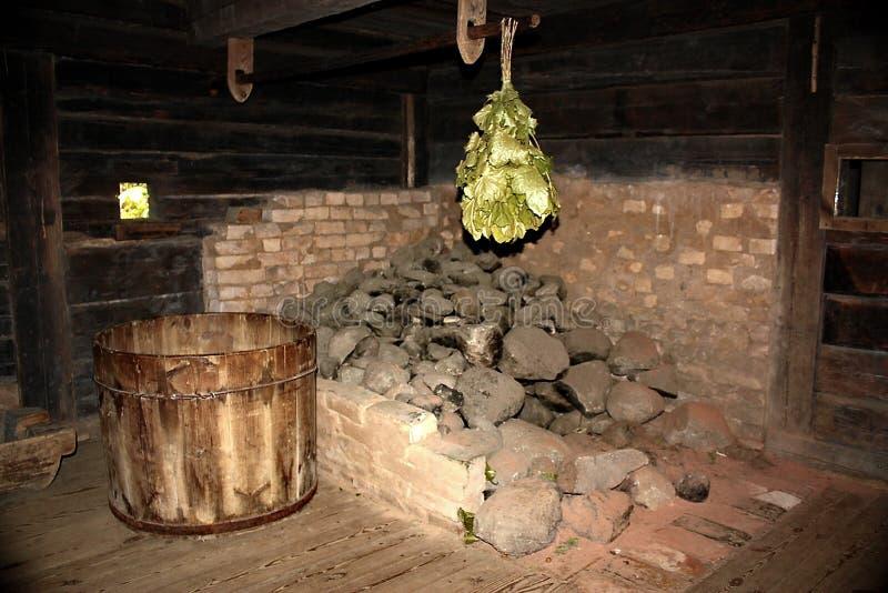 Vieux bain public d'un pauvre paysan letton image stock