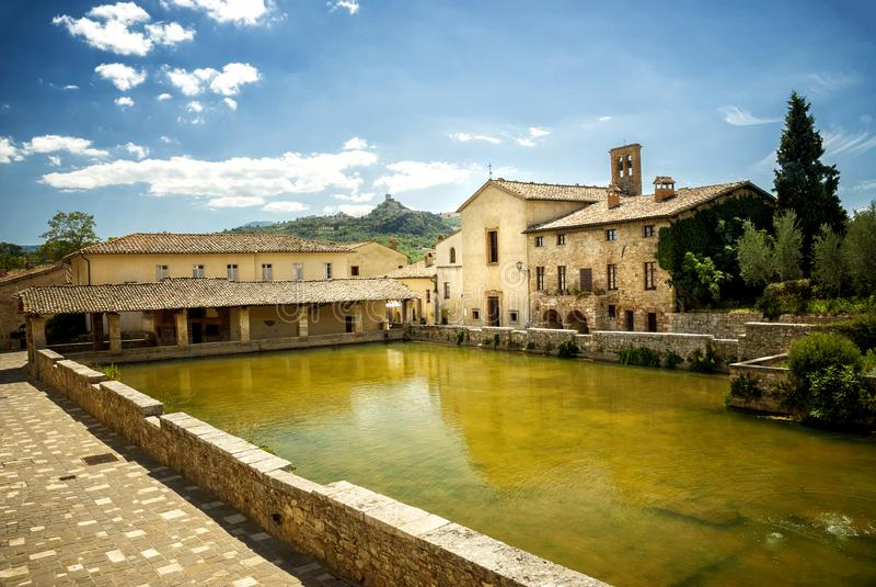 Vieux bains thermiques dans le village médiéval Bagno Vignoni, Sienne, Toscane, Italie photographie stock