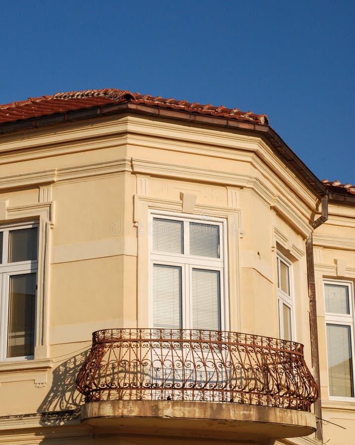 Vieux balcon dans Bitola, Macédoine images libres de droits
