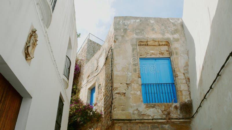 Vieux balcon dans la ville d'Ibiza photos libres de droits